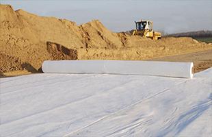 Устройство (укладка) прослойки из нетканых синтетических материалов (геотекстиль, геоткань, дорнит)